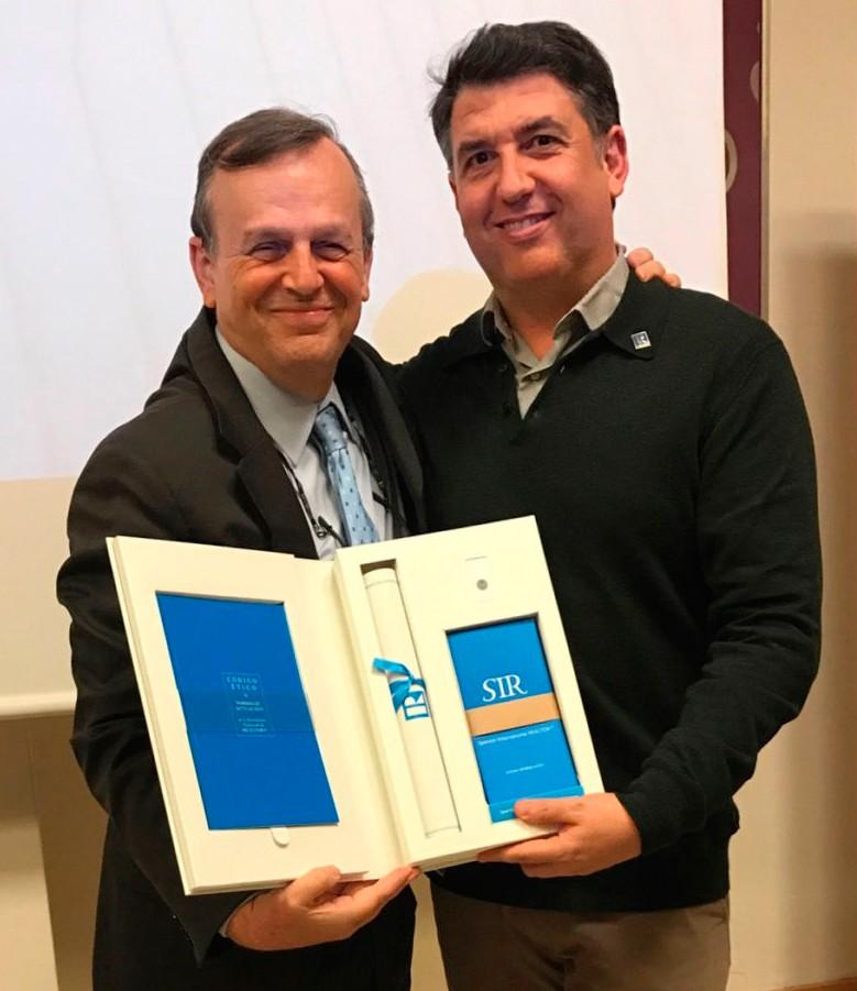 José Navarro recogiendo la Designación Realtor