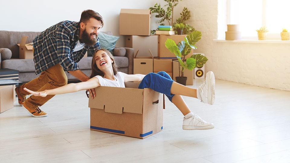 Pareja contenta con la compra de su nueva vivienda