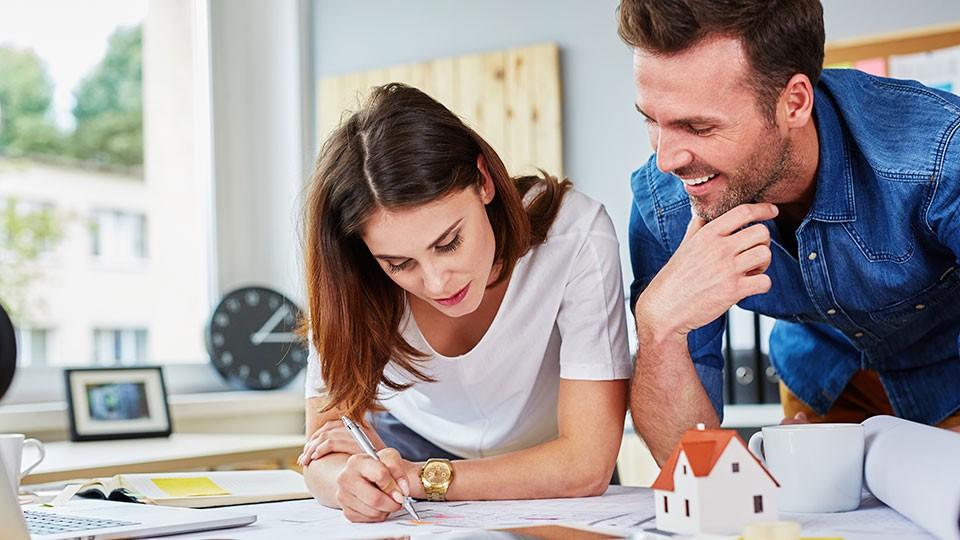 agentes inmobiliarios buscando vivienda ideal para cliente